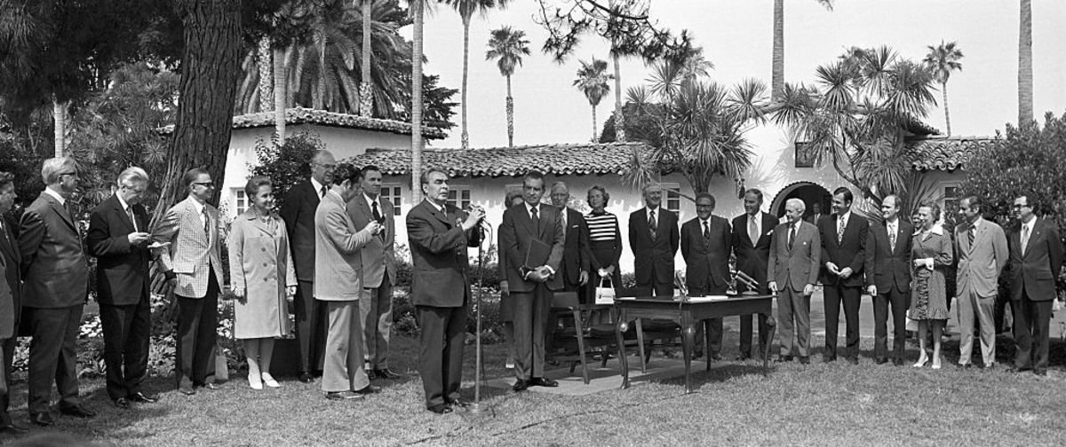 Soviet Union leader Leonid Brezhnev and President Richard Nixon stand in front of La Casa Pacifica af