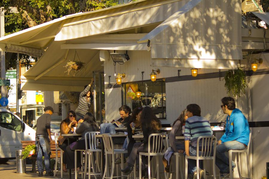 Outdoor dining on Rothschild Boulevard, Tel Aviv