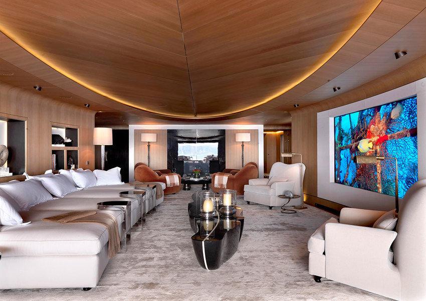 Diseñada por Achille Salvagni para un yate, esta lujosa sala multimedia ofrece asientos tipo cama y u