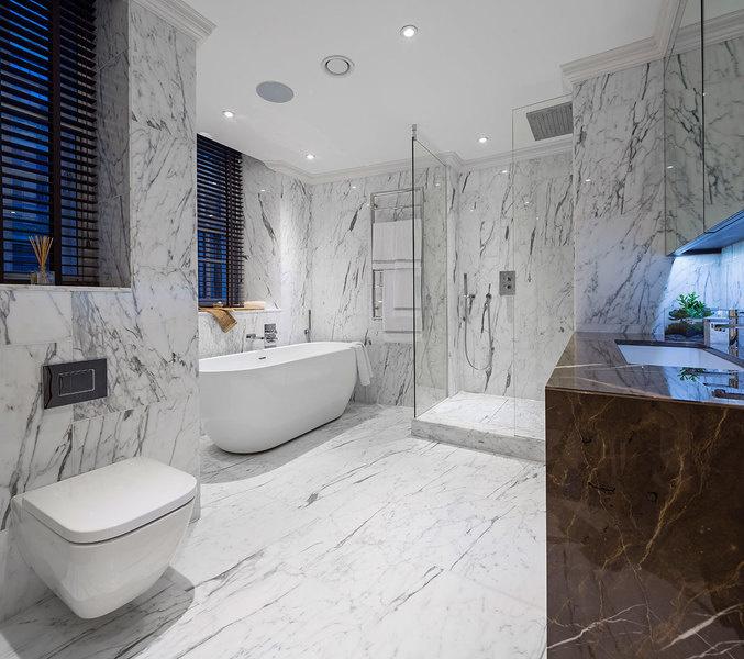 图为样板间的主卧浴室。