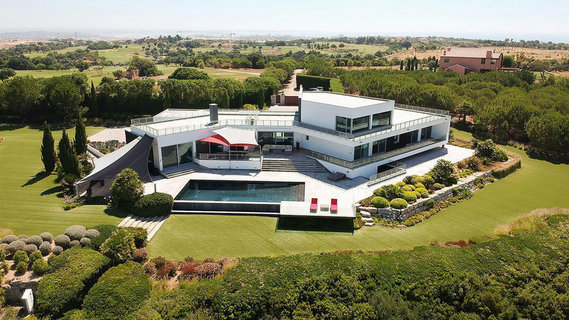 每日豪宅 | 视野辽阔的葡萄牙小城现代山顶大宅