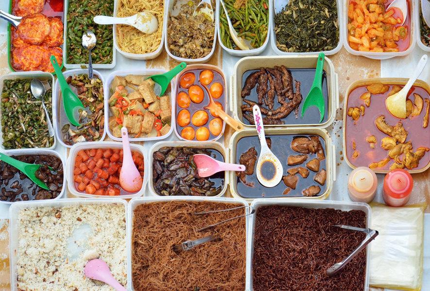 图为在Ramadan Bazaar市场的街边自助小吃。