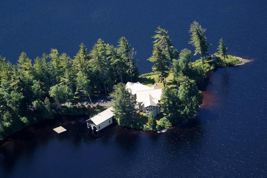 Una vista aérea del campamento para huéspedes en las Adirondack que forma parte de la propiedad de Ma