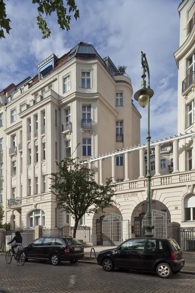 这套公寓位于一栋建于1908年大楼的二层。