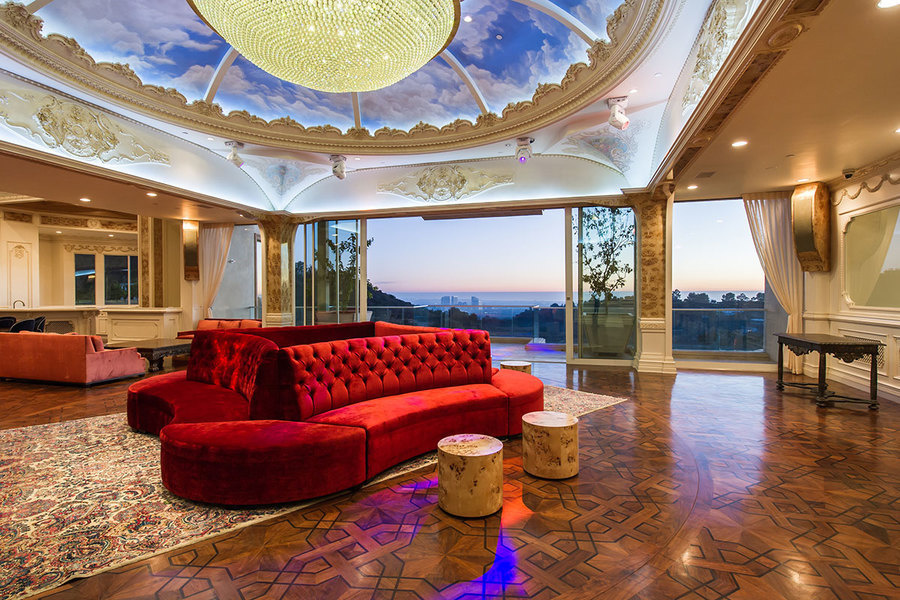 Dance the night away in the Palazzo's discotheque/ballroom.