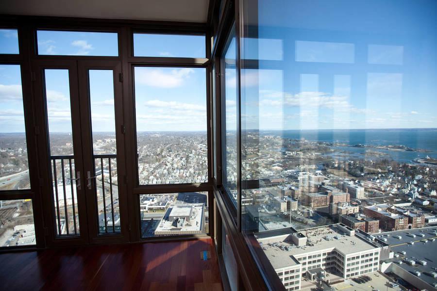 图为从新罗谢尔特朗普大厦一套公寓的客厅望向屋外的景色。