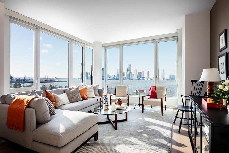 图为华盛顿街465号开发项目的一套单元,采用开阔的双层窗户,可以眺望哈德逊河。