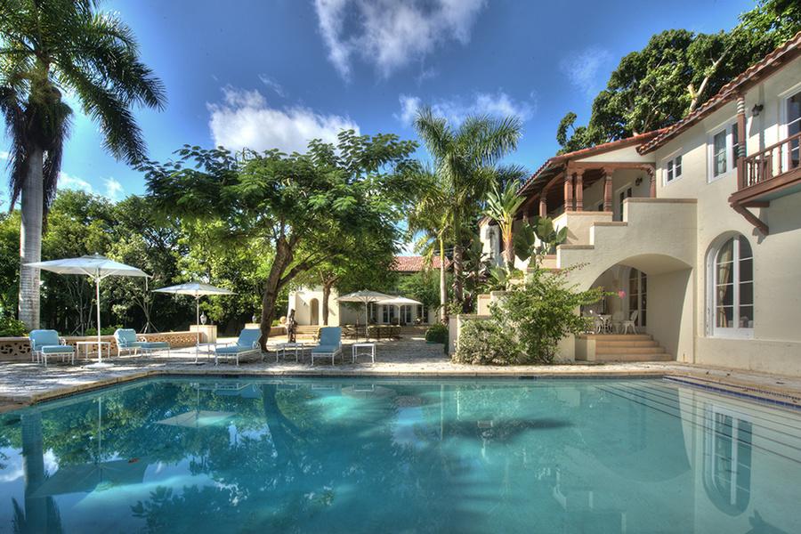 La propiedad tiene un patio de piedras de coral con una piscina.