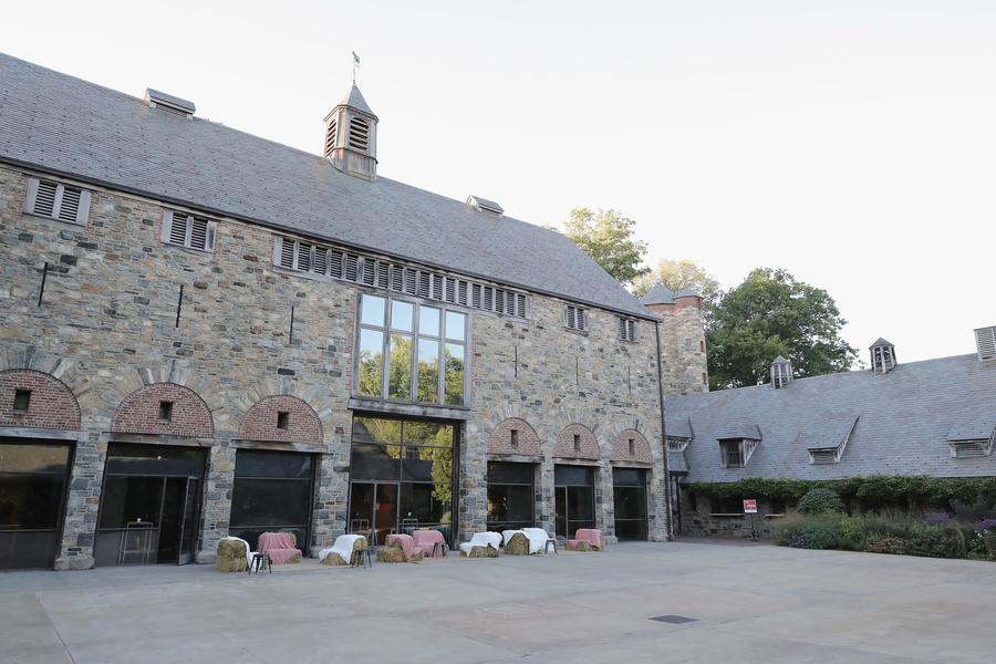 图为石砖砌成的库房。