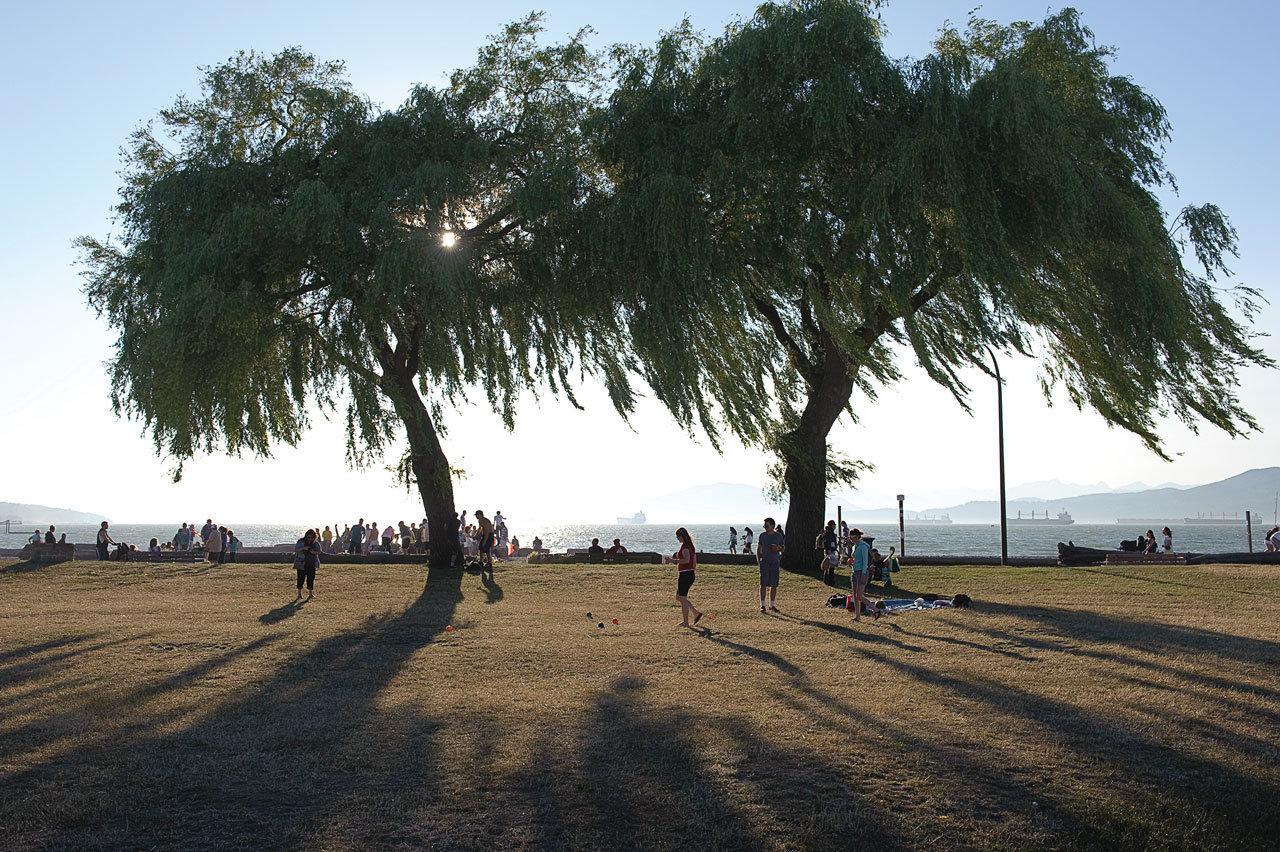 基斯兰奴以其海滩、公园和多元化的社区闻名。